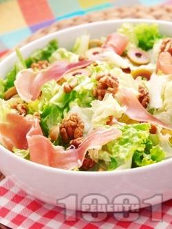 Свежа зелена салата с хамон (или прошуто), орехи и маслини - снимка на рецептата